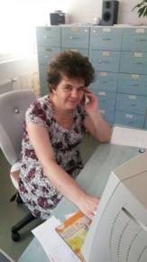 Adrienn telefonon fogadja a pácinesek hívását