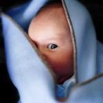 újszülött nagyon figyel a képen